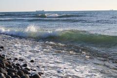 海波浪和石岸 免版税库存图片