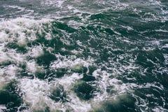 海波浪和绿色水顶视图  库存图片