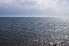 海波浪和阴暗skysea和清楚的天空与太阳光芒 库存照片