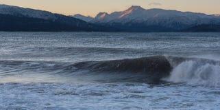 海波浪和Kenai山 图库摄影