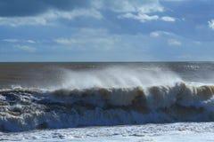 海波浪在一个大风天 图库摄影