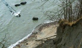 海波浪在岩石的波浪敲打,山沟,峭壁, 免版税库存图片