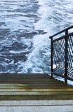海波浪在岩石的波浪敲打,梯子 免版税库存图片