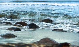 海波浪在岩石的波浪敲打 库存图片