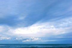 海波浪在岩石的波浪敲打 免版税库存图片