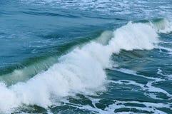 海波浪在岩石的波浪敲打 免版税图库摄影