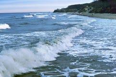 海波浪在岩石的波浪敲打 免版税库存照片