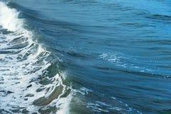 海波浪在岩石的波浪敲打 图库摄影