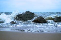 海波浪在岩石的波浪敲打 库存照片