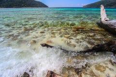 海波浪在明媚的阳光天 免版税库存图片