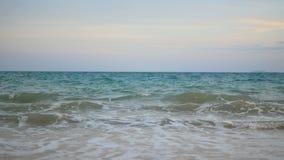 海波浪在晚上击中了在海滩的白色泡影与微明 股票视频