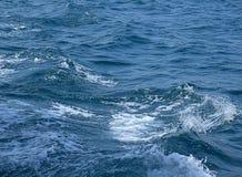 海波浪在泰国 免版税库存图片
