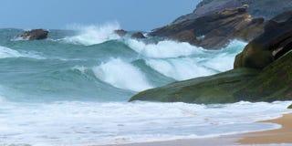 海波浪在福兹做Arelho海滩 库存图片