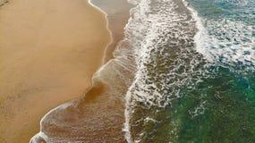 海波浪多彩多姿的鸟瞰图飞溅在沙滩的 库存照片
