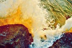 海波浪岩石海岸的在泰国, 免版税库存图片