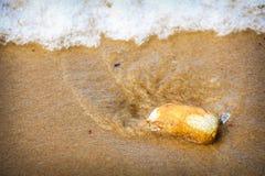 海波浪打击石头 库存图片