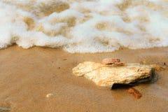 海波浪打击石头 免版税库存照片