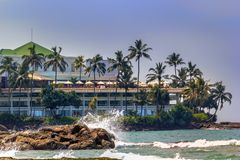 海波浪是残破的反对在一个多岩石的海滩的岩石在一个晴天 库存照片
