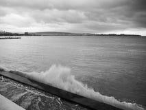 海波浪是残破的在防堤 黑色海岸线samsun海运火鸡 免版税库存照片