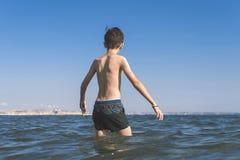 海波浪的青少年的男孩热带手段的 概念 库存照片