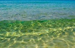 海波浪移动向拾起沙子的岸从底部  免版税图库摄影