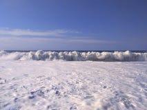 海波浪美好的风景与白色泡沫的 库存图片