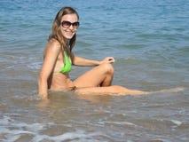 海波浪背景的妇女 免版税图库摄影