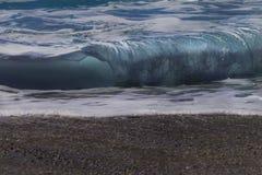 海波浪背景 波浪的看法从海滩的 免版税库存照片