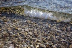 海波浪,不安定的海平面,打破在岩石的波浪 图库摄影