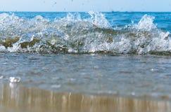 海波浪,在岸海的兴奋海水泡沫,水煮沸 免版税库存图片