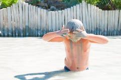 死海泥浴治疗 库存图片