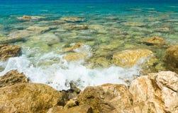 海泼 中断在岩石的通知 图库摄影