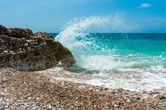 海泼 中断在岩石的通知 免版税库存图片