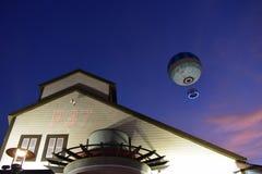 海洋修造的样式和气球,在美好的日落在布埃纳文图拉湖 图库摄影