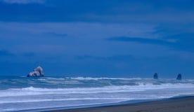 海洋和岩层在俄勒冈沿岸航行 免版税库存图片