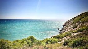 海洋和岩石小山 免版税库存照片