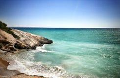 海洋和岩石小山 免版税库存图片