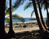 海洋和岩石海岸线的看法 免版税库存图片