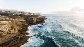 海洋和美丽的海滩在日落在葡萄牙, Azenhas毁损 库存照片