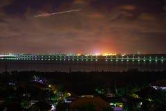 海洋和路的夜视图在海洋, Bukit,巴厘岛,印度尼西亚 免版税图库摄影