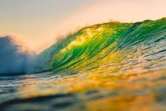 海洋在日落的桶波浪 冲浪的完善的波浪在夏威夷 免版税库存照片