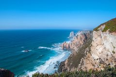 海洋在辛特拉遇见罗卡角海角Roca -大陆葡萄牙和欧洲的最西部的程度峭壁  图库摄影