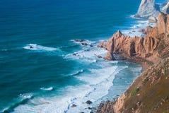 海洋在辛特拉遇见罗卡角海角Roca -大陆葡萄牙和欧洲的最西部的程度峭壁  库存照片