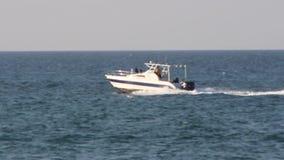 海洋场面人划船和有趣的水源运行通过船小船海洋开汽车和起草在海水的车 股票录像