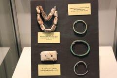 海洋壳链子和hopewell文化铜镯子被显示在堡垒古老博物馆 库存图片