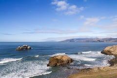 海洋岩石岸 免版税库存图片