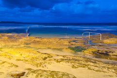 海洋岩石水池和海滩在晚上 图库摄影