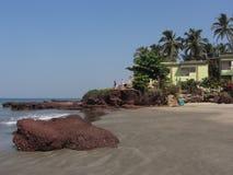 海洋岸的议院在大石头附近在夏天 库存照片