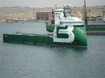 海洋拖曳从口岸离开到海洋 免版税库存照片