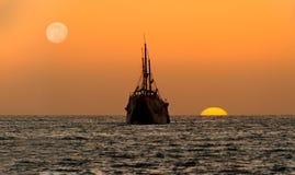 海洋日落船剪影 库存照片